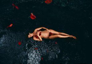 tarifs photographe Brest photo d'une séance grossesse in the water dans l'eau