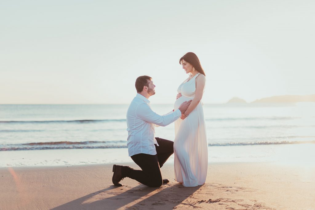 séance photo grossesse extérieur couple plage